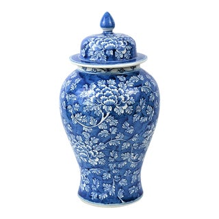 Chinoiserie Blue and White Porcelain Temple / Ginger Jar With Mums For Sale