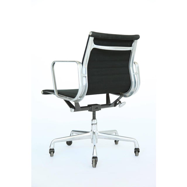 Eames Aluminum Group Desk and Conference Chair For Sale In New York - Image 6 of 10