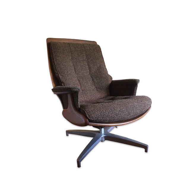 This vintage swivel lounge chair and matching ottoman provides the perfect mix of style and comfort. Its sleek design...