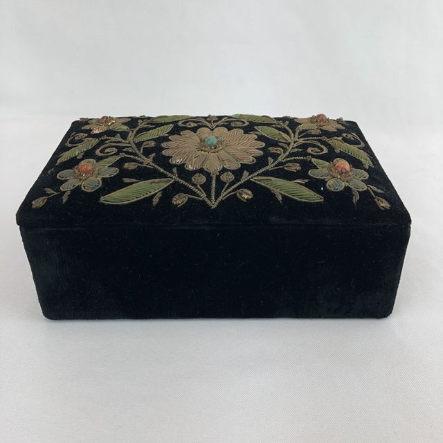Metal Early 20th Century Antique Zardozi Floral Embroidered Jewelry Trinket Box For Sale - Image 7 of 9