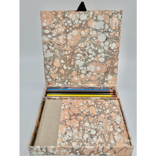 For all aspiring artists, a cute box easy to transport. It is totally handmade with one of our last marbled paper creation...