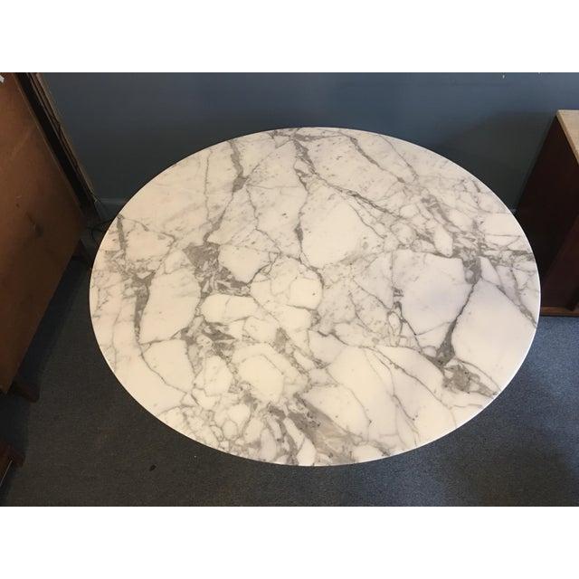 "Mid-Century Modern Mid-Century Modern Eero Saarinen for Knoll 54"" Marble Dining Table For Sale - Image 3 of 10"