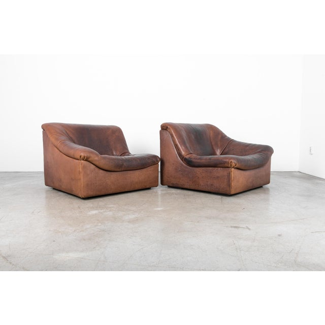 A classic design from De Sede, and an exceptionally comfortable sofa. An organic curved shape in thick buffalo leather,...