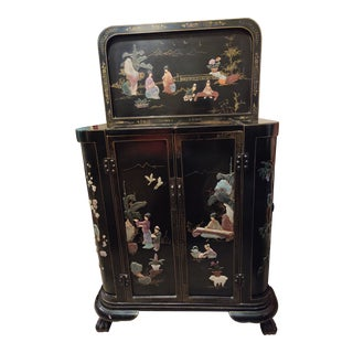 1930s Chinese Black Lacquered and Chinoiserie Decorated Liquor Cabinet For Sale