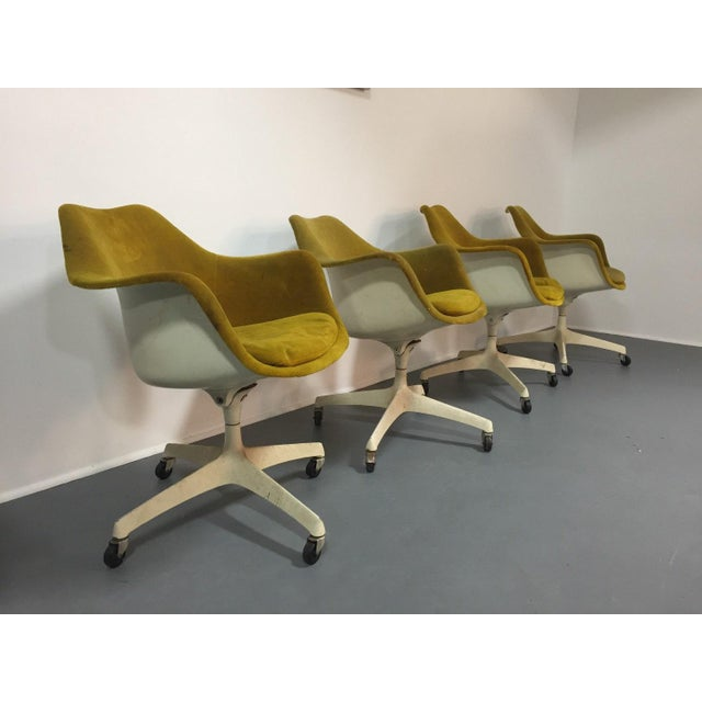 1960s Eero Saarinen for Knoll Rare Swivel Arm Chairs - Set of 4 For Sale - Image 5 of 5
