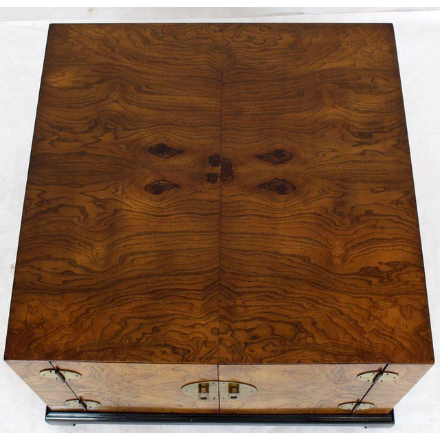 1970s Mid-Century Modern Burl Walnut Black Lacquer Base Brass Hardware Cube Shape End Table For Sale - Image 4 of 14