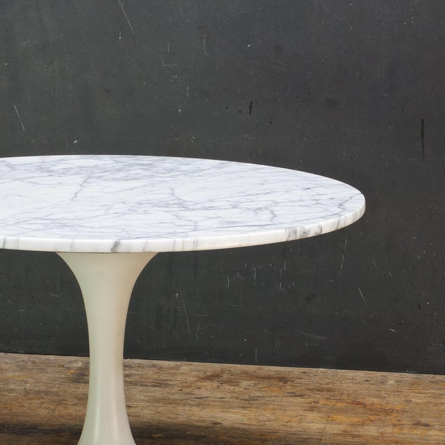 Mid-Century Modern 1960s International Style White Carrara Marble Tulip Coffee Table by Burke For Sale - Image 3 of 6