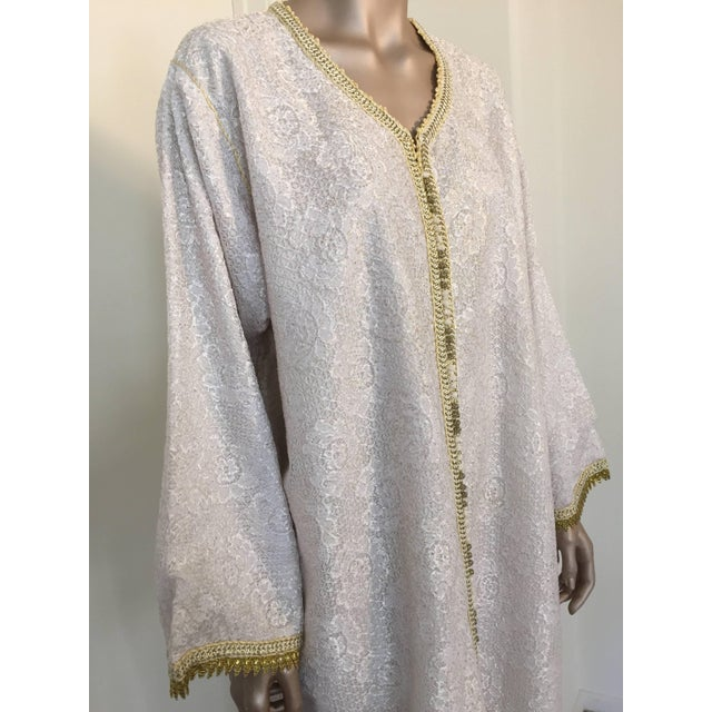 Metal Moroccan Vintage Caftan in White and Gold Lace 1970s Kaftan Maxi Dress Large For Sale - Image 7 of 9