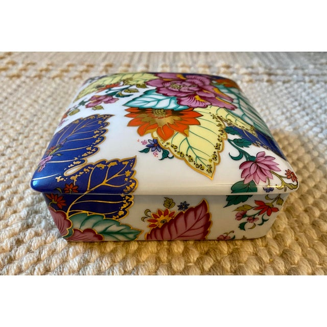 Chinoiserie Vibrant Vintage Japanese Tobacco Leaf Covered Porcelain Box For Sale - Image 3 of 8