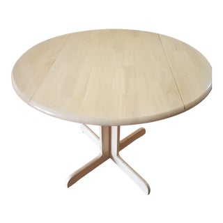 1900s Coaster Empire Style Natural Blond Wood Dual Drop Leaf Pedestal Table For Sale