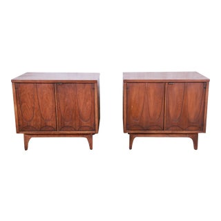 Broyhill Brasilia Mid-Century Modern Sculpted Walnut Nightstands, Pair For Sale
