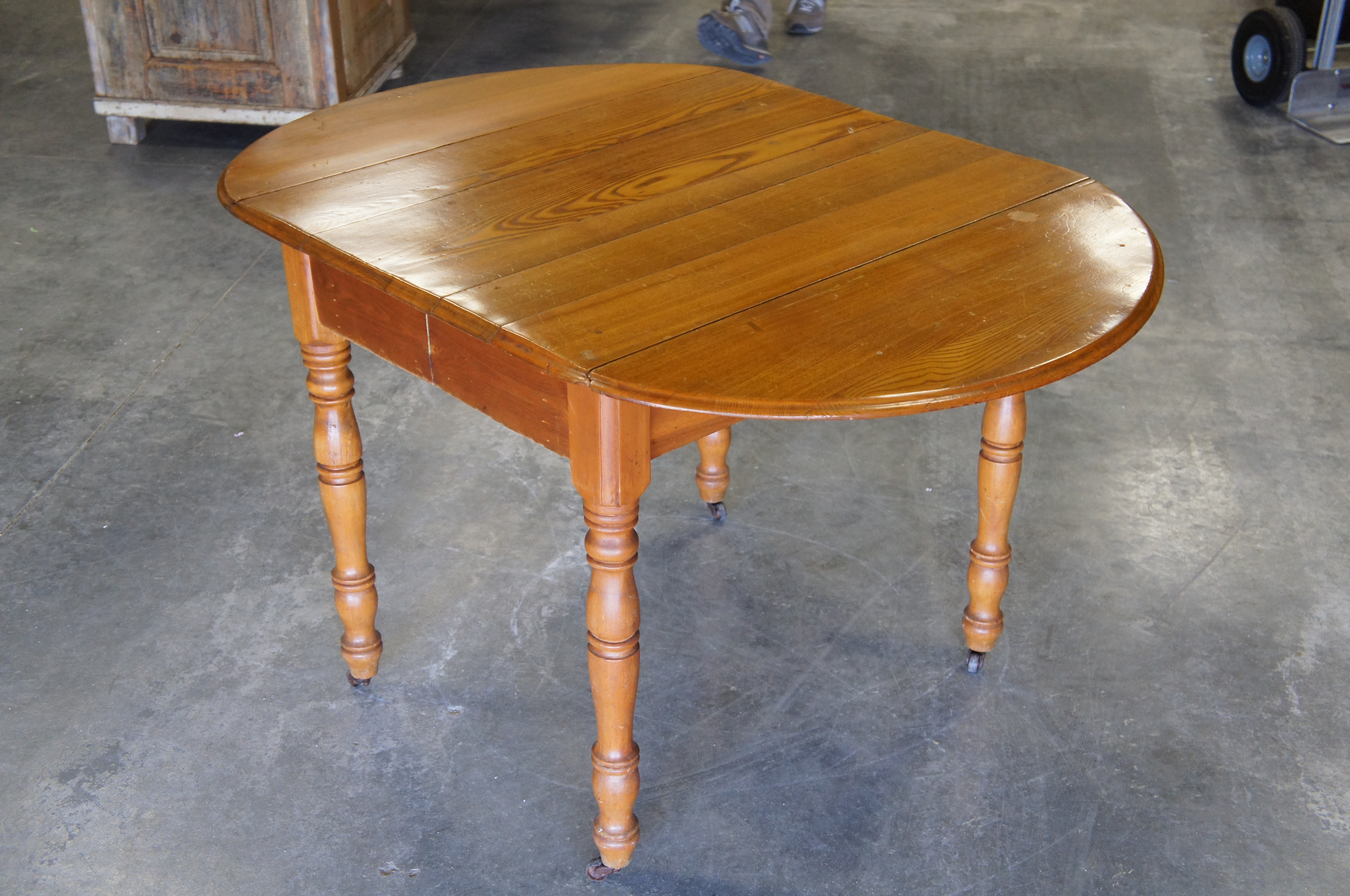 Merveilleux Late 19th Century 19th Century Early American Oak Drop Leaf Dining Table  Turned Leg Casters For