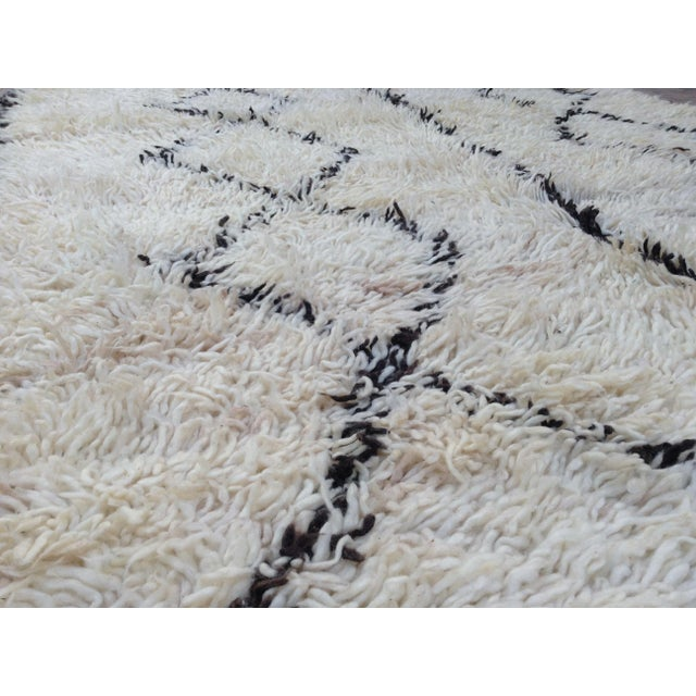 1980s 1980s Beni Ourain rug- 5′ × 7′ For Sale - Image 5 of 8