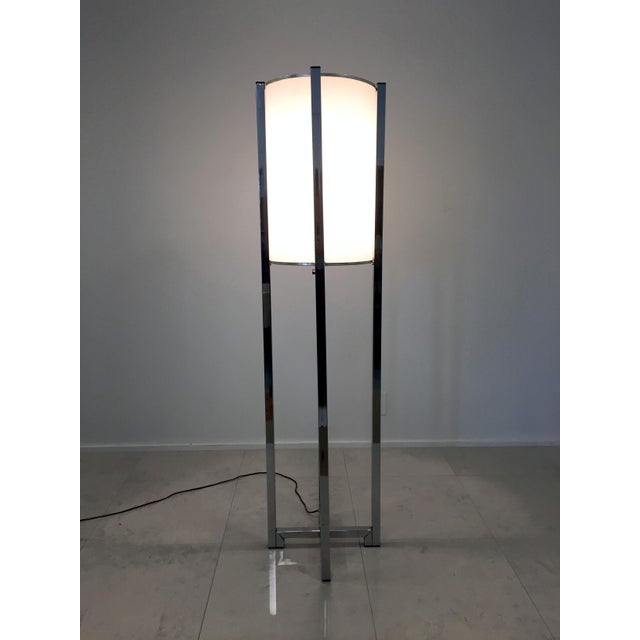 This floor lamp features a lovely drum shade, and stands tall on a chromed farm base. In excellent working condition, this...