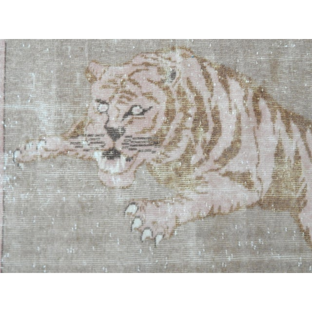1950's Vintage Turkish Lion Pictorial Rug 3′1″ × 4′1″ For Sale In Dallas - Image 6 of 12