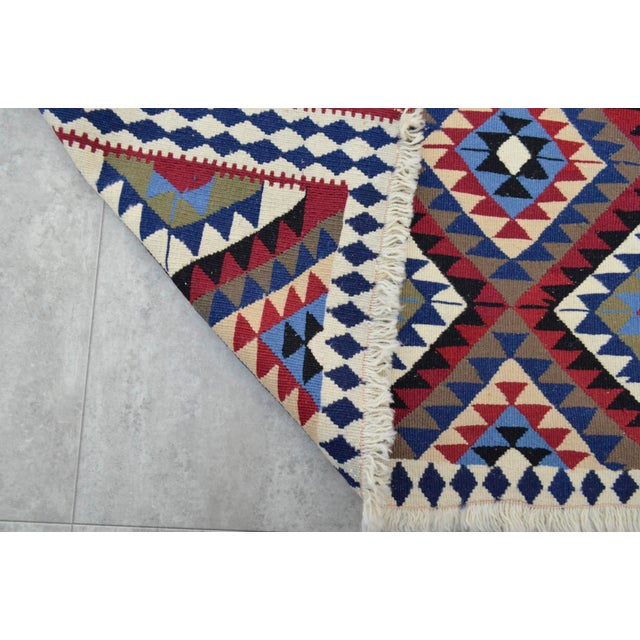 Turkish Kilim Hand-Woven Rug - 4′9″ × 8′2″ - Image 8 of 9