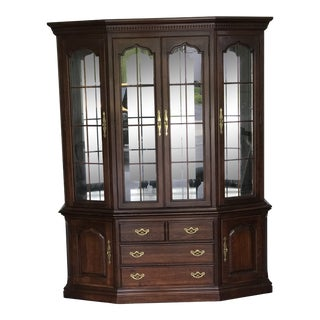 1970s Queen Anne Thomasville Lighted China Storage Display Cabinet Cupboard For Sale