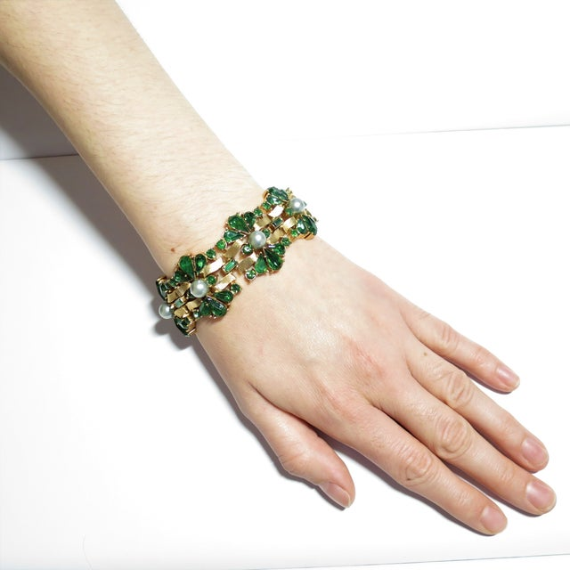 Crown Trifari Alfred Philippe Gilded Rhodium Bracelet EmErald Crystals 1950s For Sale - Image 12 of 13