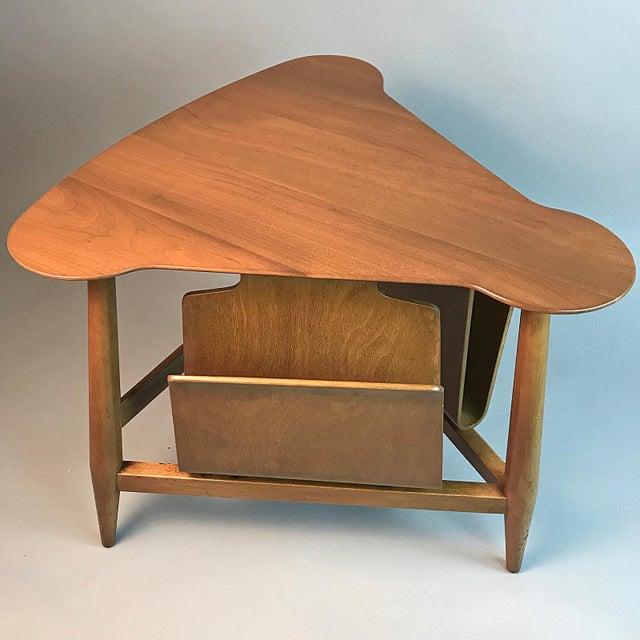 1950s Edward Wormley for Dunbar Wedge Shaped Magazine Table in Sap Walnut & Malabar For Sale - Image 5 of 9