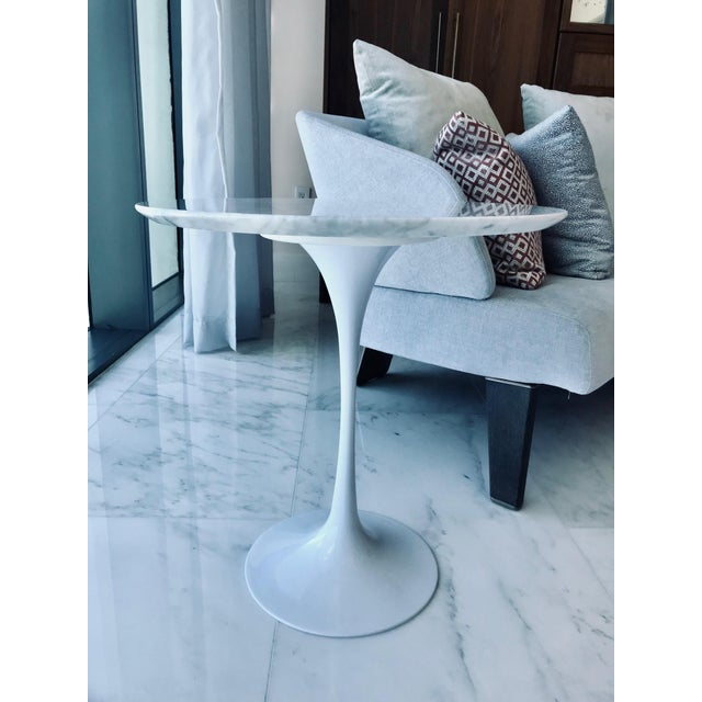 2010s Iconic Mid-Century Modern Tulip Side Table in Carrara Marble For Sale - Image 5 of 13