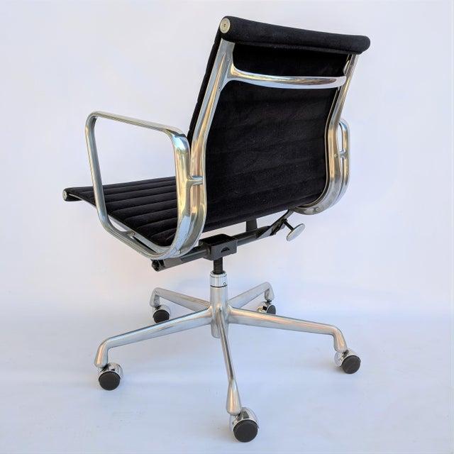 Herman Miller Vintage Eames for Herman Miller Aluminum Group Management Chair For Sale - Image 4 of 7