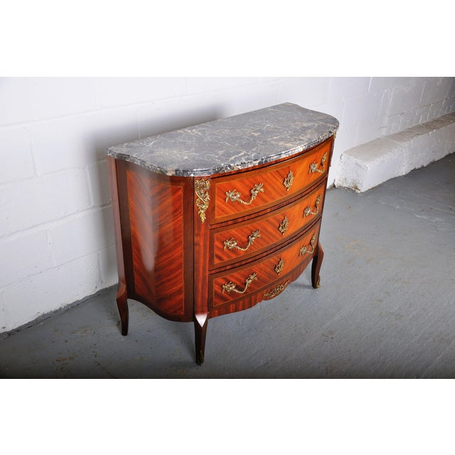 French Antique French Louis XV Mahogany Inlay Marquetry Large Commode W/ Marble Top For Sale - Image 3 of 13