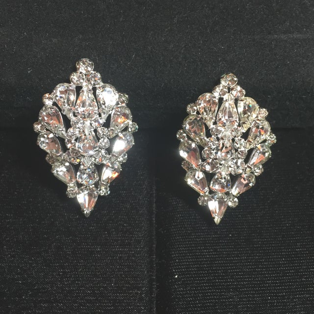 Traditional Massive Elsa Schiaparelli Crystal & Rhodium Orchid Brooch & Earrings, 1950s For Sale - Image 3 of 13