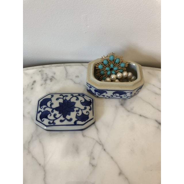 Late 20th Century Blue & White Ceramic Chinoiserie Box For Sale In Providence - Image 6 of 9