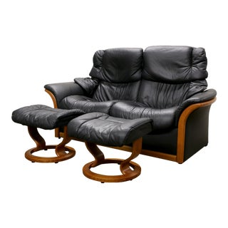 Ekornes Black Leather Stressless Reno Model Reclining Loveseat & Ottomans For Sale