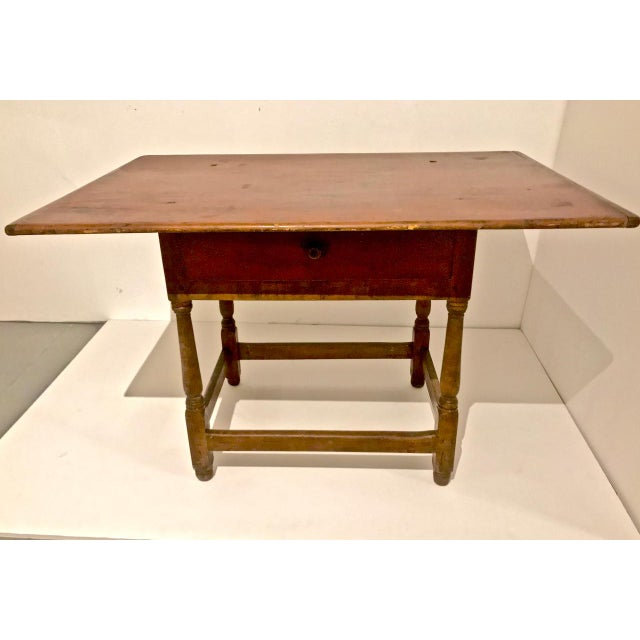 This is a great example of an American late 18th century or early 19th century pine tavern table. The table is in overall...