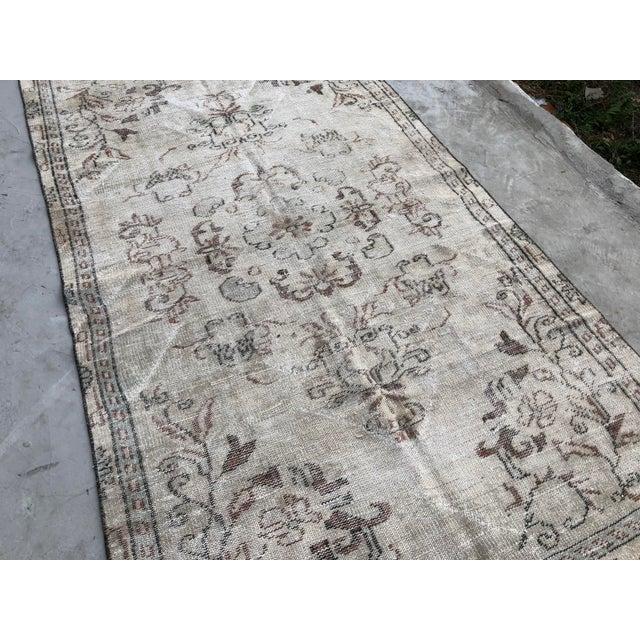 Boho Chic 1960s Vintage Turkish Handmade Carpet - 4′7″ × 8′4″ For Sale - Image 3 of 11