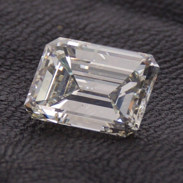 Stunning Emerald Cut Diamond Stone 4.08 Carat, Gia Certified Report For Sale - Image 4 of 9