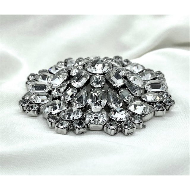 1950s 1950s Rhodium-Plated Faceted Glass Stone Brooch For Sale - Image 5 of 10