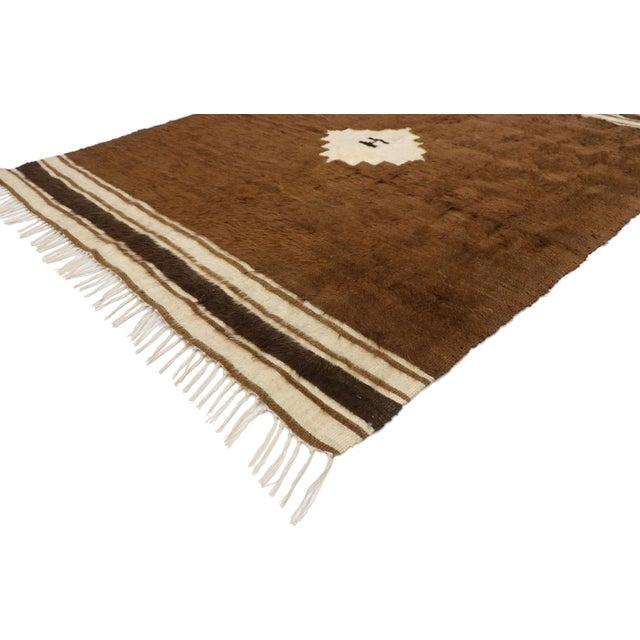 52847 Vintage Turkish Kilim Rug with Mid-Century Modern Style, Brown Flat-Weave Rug 04'03 x 05'05. With its Minimalist...
