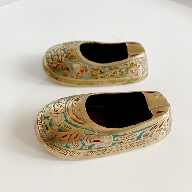 Vintage ca 1960s, lovely Indian mini table ashtrays in the shape a lovely shoe. Intricate etched and painted brass, nice...