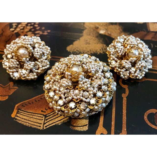 1968 William deLillo Faux-Pearl Brooch and Earrings For Sale - Image 4 of 7