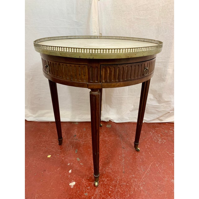 Pretty pretty little table, this is the perfect table for that finishing touch to any room. Found in one of my favorite...