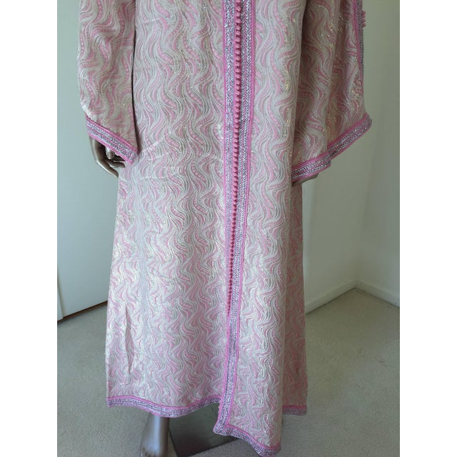 Islamic Moroccan Brocade Kaftan Embroidered With Pink and Silver Trim For Sale - Image 3 of 11