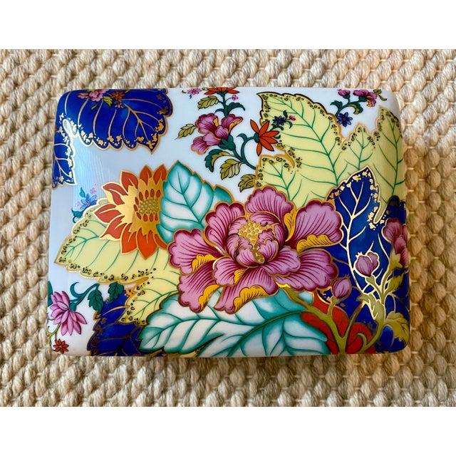 White Vibrant Vintage Japanese Tobacco Leaf Covered Porcelain Box For Sale - Image 8 of 8
