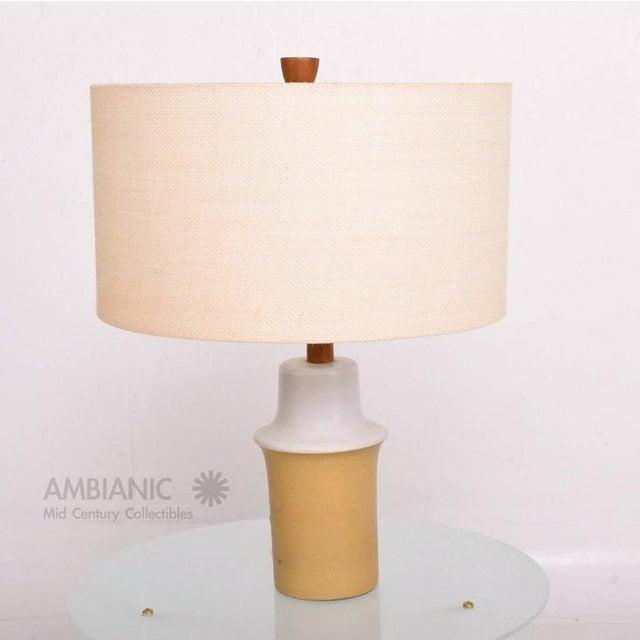 White Mid Century Modern Gordon Martz Ceramic Table Lamp For Sale - Image 8 of 8