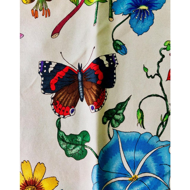 """1970s Gucci """"Flora"""" Scarf With Blue Border For Sale - Image 10 of 13"""