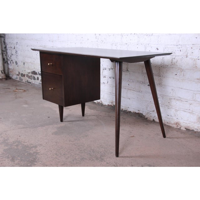 Offering an exceptional mid-century modern desk designed by Paul McCobb for his Planner Group line for Winchedon...