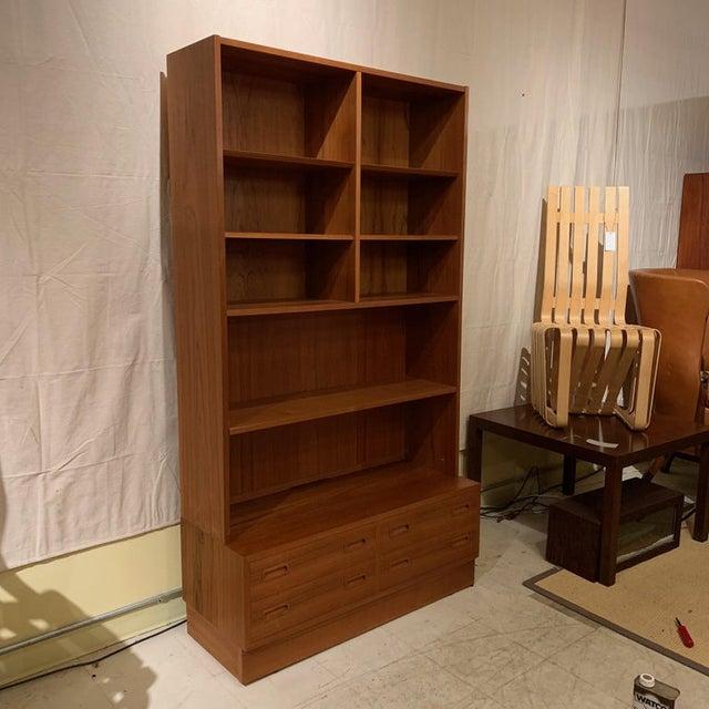 1960s Pair Poul Hundevad Danish Modern Teak Bookcases Shelves W. 4-Drawer Chest Base For Sale - Image 5 of 9