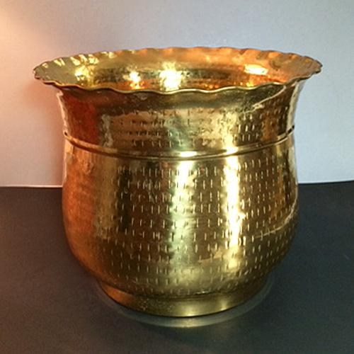Late 20th Century Vintage Hammered Brass Planter For Sale In Phoenix - Image 6 of 6