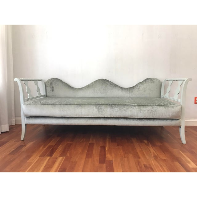 Platinum Early 20th Century Victorian Style Velvet Daybed Sofa Sculptural Back For Sale - Image 8 of 11