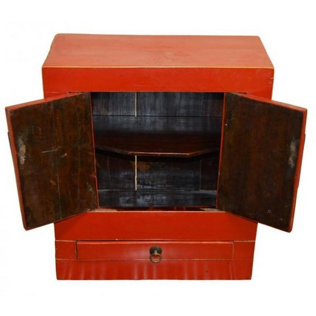 Ancient Chinese Red Lacquered Square Cabinet with Brass Hardware from the 1900s For Sale - Image 4 of 8