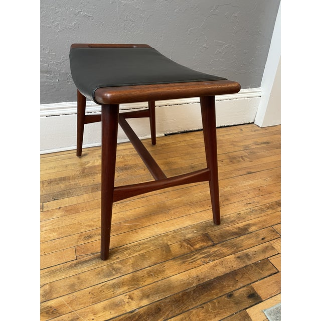 1950s 1950s Hans Wegner Piano Stool in Teak and Black Leather For Sale - Image 5 of 10