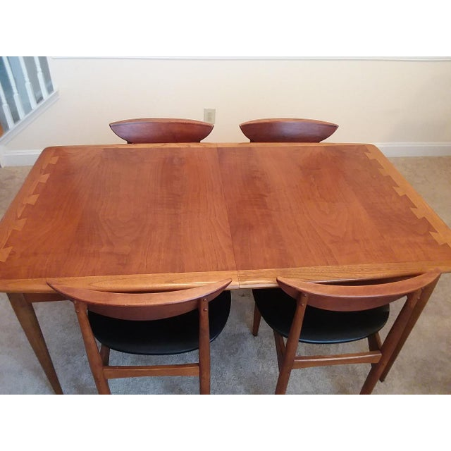 This mid-century modern Lane Acclaim dining table includes two leaves and is paired with four Lane Perception chairs. The...