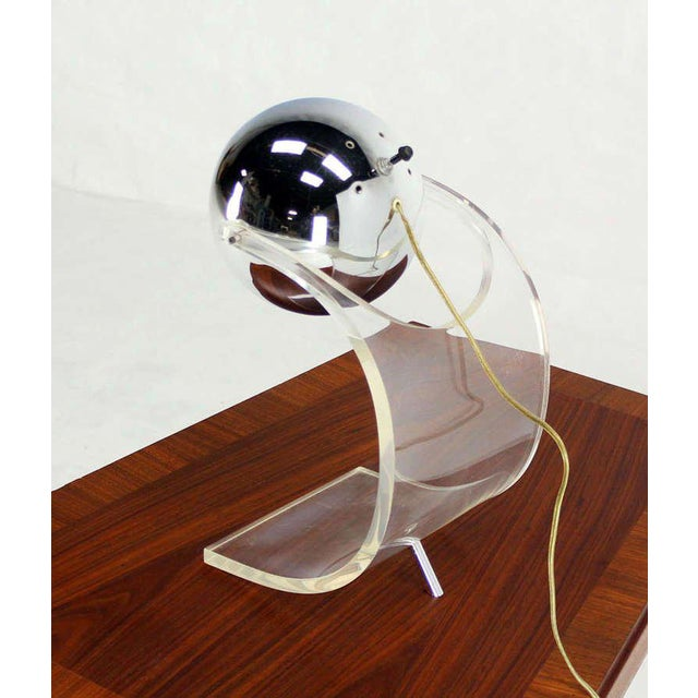 Vintage Mid Century Chrome Globe and Lucite Base Table Lamp For Sale - Image 4 of 7
