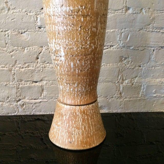 Gordon Martz Mid-Century Modern Elongated Art Pottery Table Lamp For Sale - Image 4 of 8
